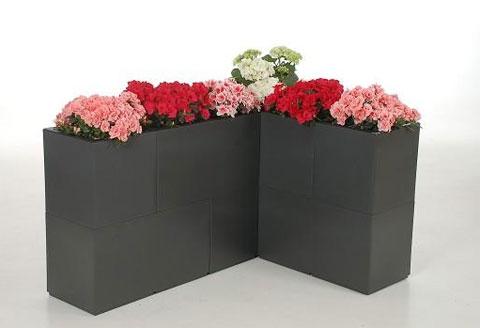 Blumenkübel Modula als Hintergrund für eine Sitzecke