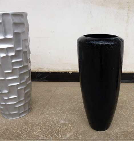 Blumenkübel mit poröser Oberfläche im Hochglanz (rechts im Bild)