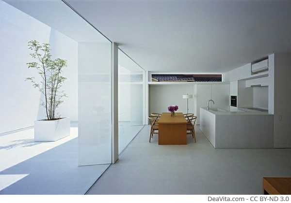 weiße-Einbaukueche-Essplatz-gestalten-Beton-Fliesen-Glas-Schiebetueren