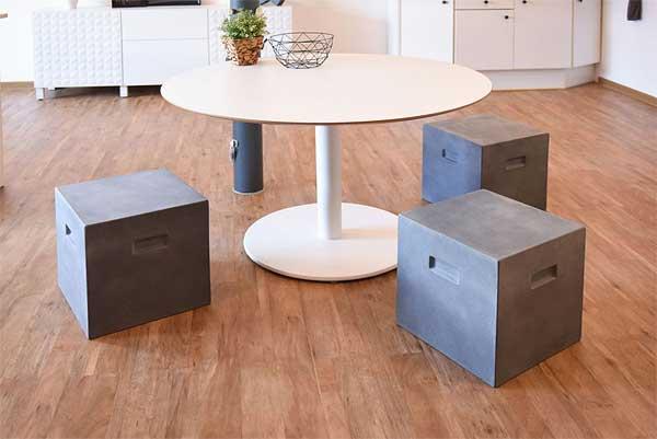 Sitzecke mit Hockern im Beton-Look grau