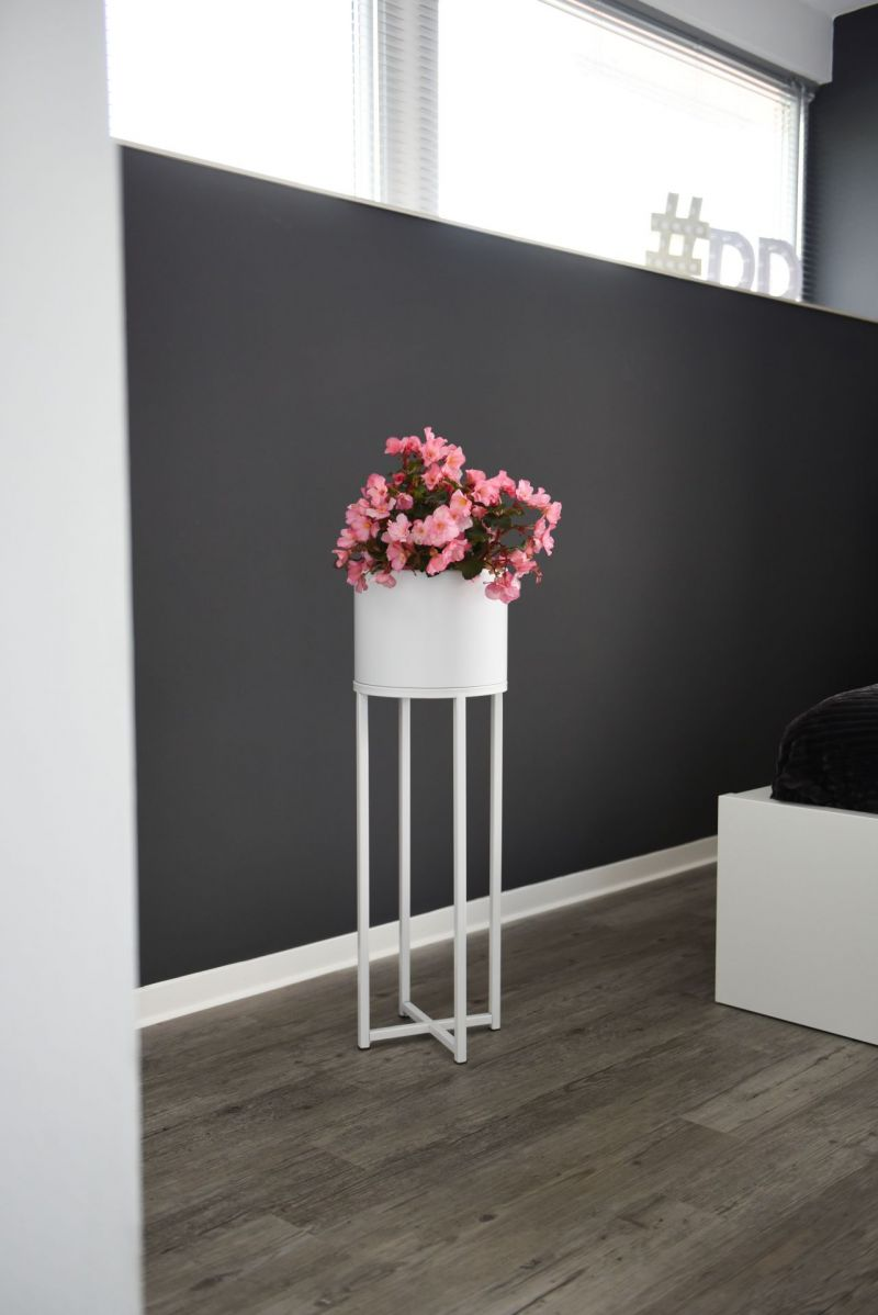 blumentopf auf st nder mit beinen elevate cross 79 cm wei. Black Bedroom Furniture Sets. Home Design Ideas