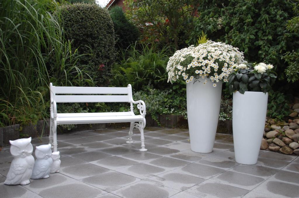 Schöner Gartenanblick mit unseren Fiberglas Pflanzkübeln City 100 in Hochglanz Weiß.