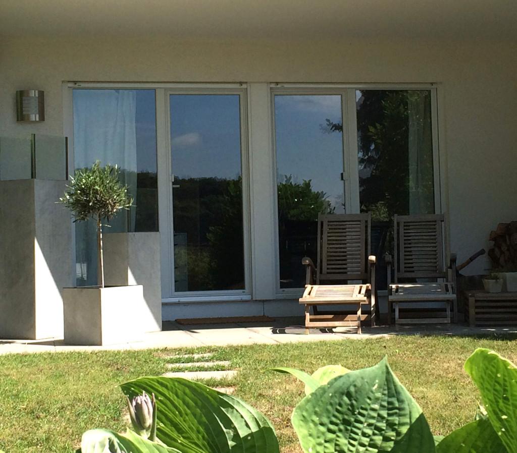 Stilecht und modern: Beton Blumenkübel harmonieren hervorragend mit Gartenmöbeln.