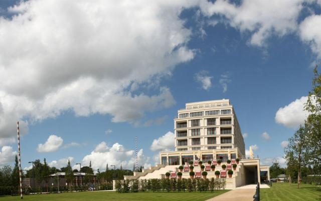Ansicht von weitem auf das prachtvolle COLUMBIA Hotel Wilhelmshaven.