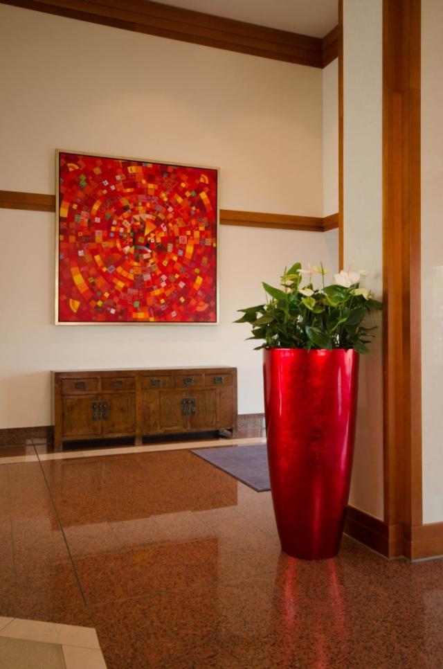 """Eingangsbereich des Hotels mit dem """"City"""" 123 aus Fiberglas in Rot Hochglanz."""