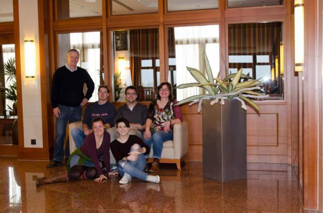 Zu sehen sind alle am Fotoshooting-Termin beteiligten Personen: Herr Evers und zwei AE Trade Mitarbeiter, die Floristin und beide Fotografinnen.