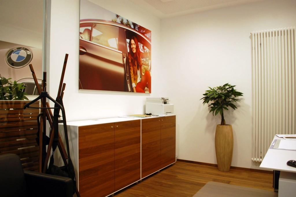 Das Pflanzgefäß Magnum in Beige - Geschmackvolle Büroansicht