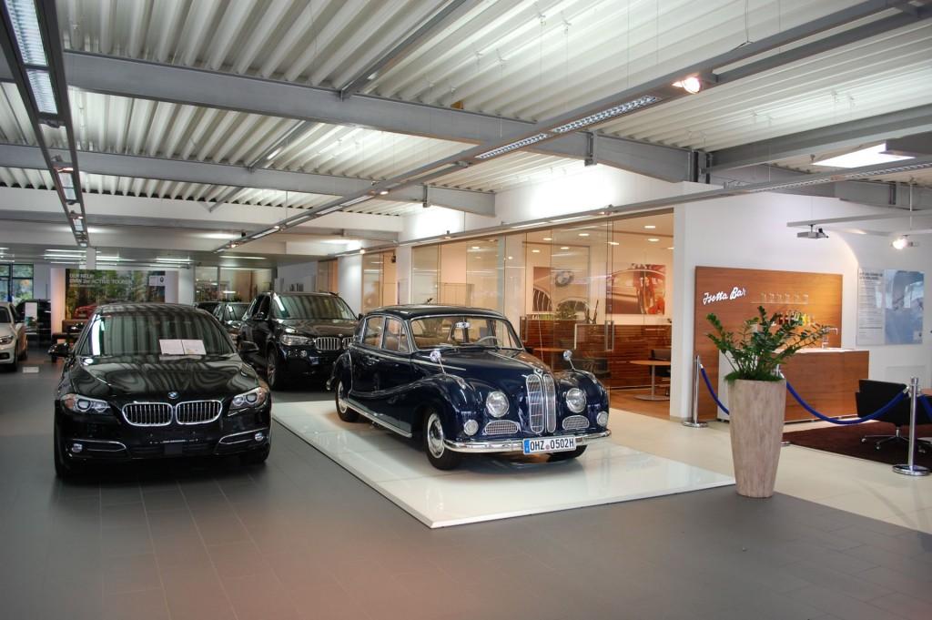 Der attraktiv eingerichtete Schauraum des Autohauses.